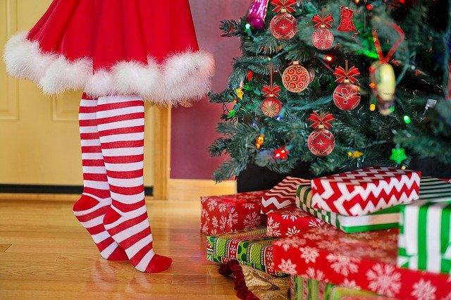 decorating-christmas-tree-2999722_640